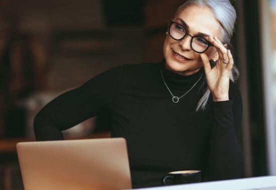 Tyylikäs nainen korjaa silmälasejaan