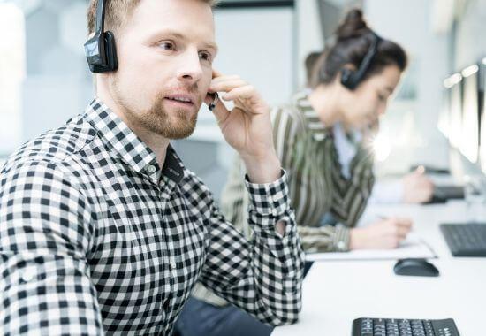 service desk -työntekijä kuulokkeet päässä